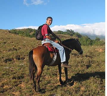 Franklin Rovetto, eigenaar en horsebreeder zal uw gids in de Caldera Paardrijden Tour worden
